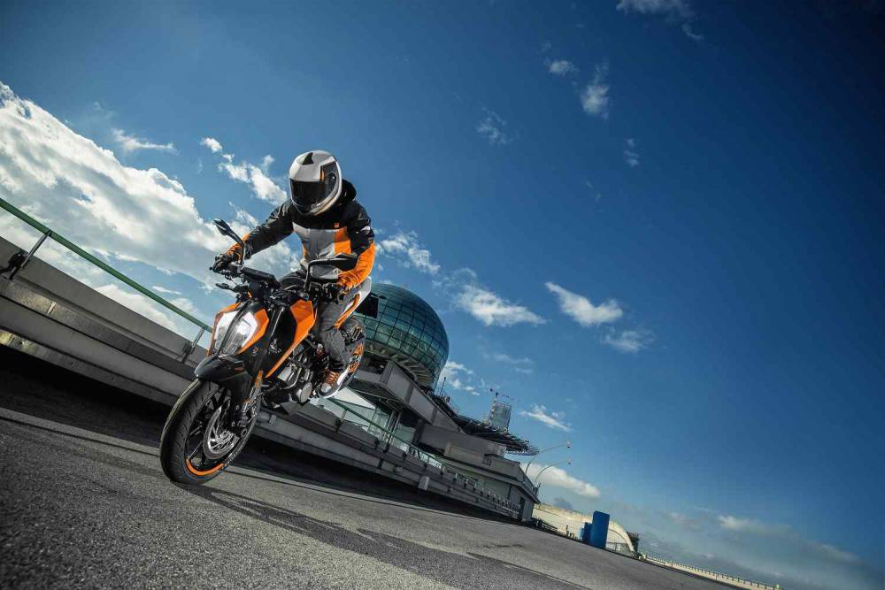 ktm_125_duke_my17_action_06_0.jpg