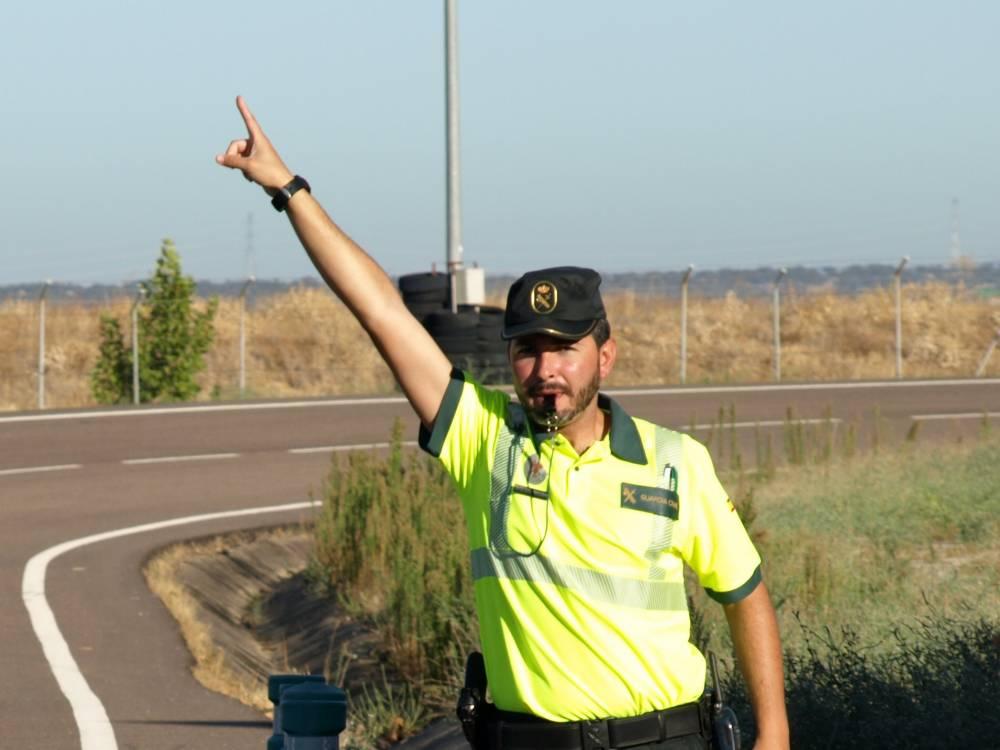 gestos agentes tráfico señalando con dedo