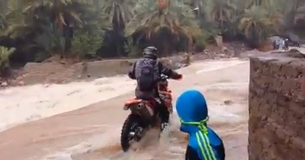 moto flotando rio abajo