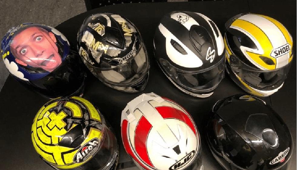 cascos de alta gama en la basura