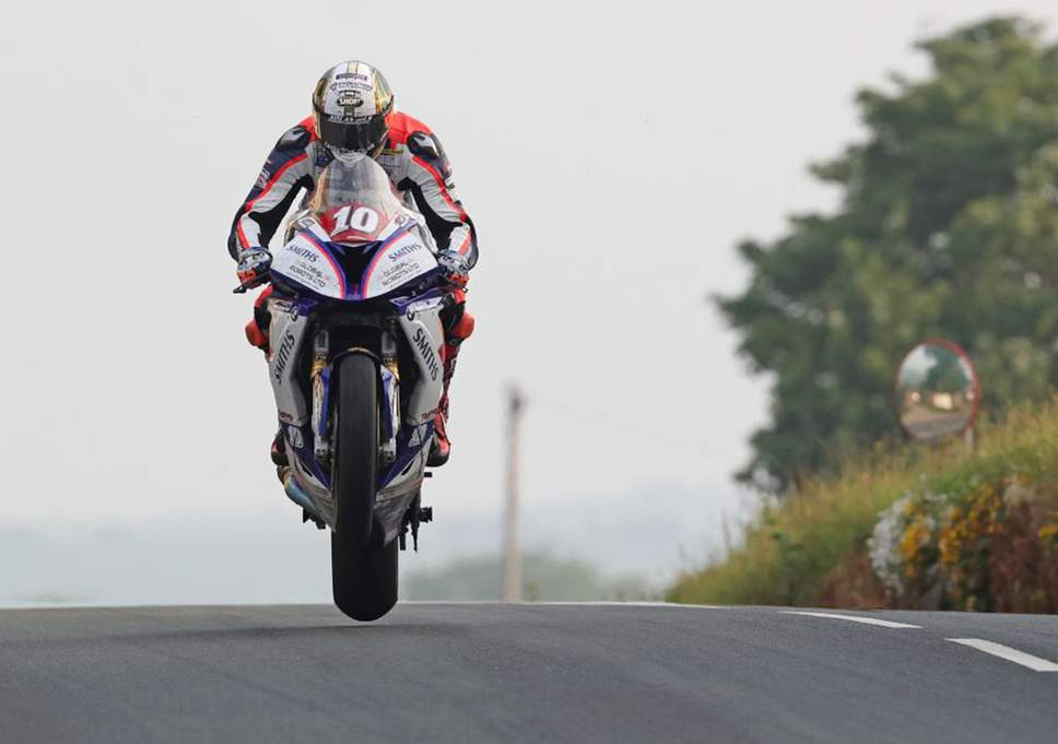 Peter Hickman gana en Superstock TT.