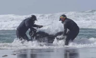 Triumph Street Scrambler 2019 sumergida en el mar