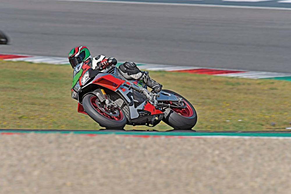 Prueba de la Aprilia RSV 4 RF Kit Factory Works