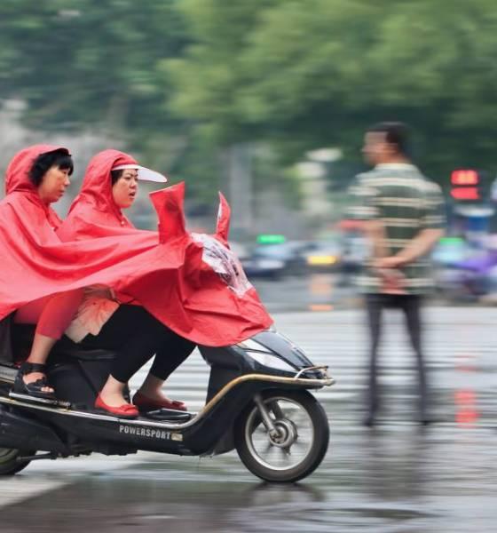 Conducir bajo la lluvia en ciudad