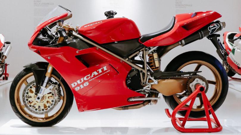 El desaparecido creador de motos como la Ducati 750 Paso o la laureada 916, Massimo Tamburini, era poseedor de un prototipo de una de estas últimas, que ahora será expuesta en el Museo Ducati, cedida por la hija del conocido diseñador italiano, para contribuir al 25 aniversario de la fabricación de esta destacada deportiva de Borgo Panigale, que ya en el año de su debut (1994) logró el título mundial de SBK a manos de Carl Fogarty. La Ducati 916 de Tamburini cuenta con algunas sutilezas como un basculante monobrazo realizado en magnesio, o unas llantas de cinco brazos en lugar de las de tres de la posterior moto de serie. También destacan sus guardabarros y portamatrículas realizados en carbono, o sus redondos escapes Termignoni, también en carbono, en lugar de los ovalados de aluminio. Desde ahora puede admirarse en el Museo Ducati, junto a la Panigale V4 Anniversario, que luce la decoración de la 916 de Fogarty. 2